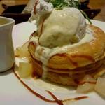 カフェ&ブックス ビブリオテーク - 洋梨のパンケーキ ホットカスタードソース