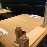 五代目 花山うどん - 店内のテーブル