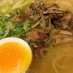東風金菜亭 - チャーシューならぬ炭火焼の鶏肉のスモーキーなテイストもスープの演出に一役買ってます。