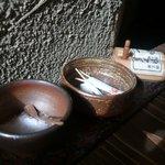 土山人 - かき揚げはテーブル備え付けの岩塩で食べる
