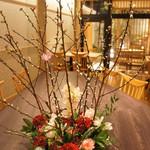 炭火ステーキ坂井 京都三条 - 生け花が飾られた店内