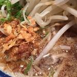 神名備 - 醤油ラーメンは塩より風味が強く、揚げ玉ねぎのような(エシャロットかな)アクセントになっている