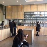 ブルーボトルコーヒー - 天井が高いあたたかめモダン空間
