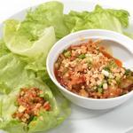 リトル成都 - 海老と鶏肉の激辛炒めレタス包み