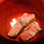 61509853 - ステーキ丼 こんな2切れが旨いだなんて・・・