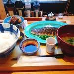 いまがわ食堂 - 大トロ炙りさば定食 980円(税込) 小さなコップにはお酢のドリンク、大盛ご飯の裏には三浦野菜の彩りお漬物。今日の小鉢は何かのお魚の角煮と大根でした。