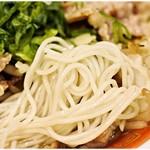 佐賀ラーメン 美登里 - 細くて柔い麺。豪快な肉野菜炒めには負けちゃうかな。
