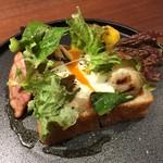 タイム堂 - 玉田農園の季節野菜のオープンサンド+温泉卵+自家製ベーコン