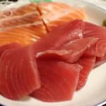 西川 - 料理写真:マグロ 500円。サーモン 400円。