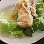61560554 - (2017年1月 訪問)メニューには前菜3種と表記があるものの、出されたのはこれ一品。雑にカットされた蒸し鶏。