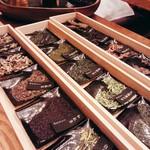 HIGASHIYA GINZA - 豊富な種類の茶葉から好きなお茶を二種類。