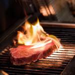 炭火ステーキ坂井 - 日向備長炭で焼き上げる
