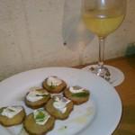 wabisuke - [料理] いぶりがっこ & チーズのカプレーゼ / グラスワイン (白)