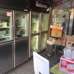 J's Store - 入口の冷蔵庫には食材が沢山