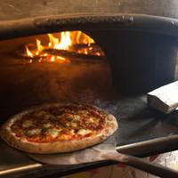 イタリアから輸入した薪窯で焼く本格ナポリピッツァ!