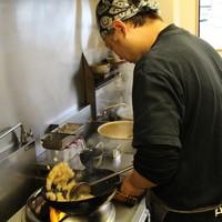 20年近く経験のある料理人がナベをふるう