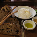 61682677 - パン盛りセット、リコッタチーズ添え オリーブオイルと蜂蜜、金柑とイチジクと、ラテ・マッキャート2