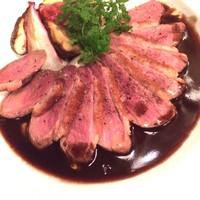 【おすすめメニュー】鴨胸肉とお野菜のロースト~赤ワインと黒コショウのソース~