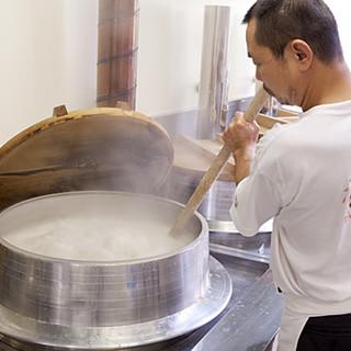 伝統技法「継ぎ足し製法」により生まれる豚骨100%のスープ