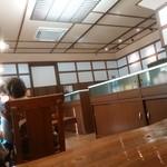 久右衛門 - 内観。奥は大きな部屋になっていて席がたくさんある。