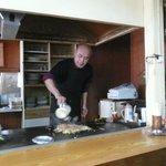 橋野食堂 - ホルモンうどんを作る(タレをかけるご主人 : 承諾済み) (2010/12/20)