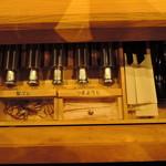 61814516 - テーブルに引き出しが備え付けられてます。  箸、レンゲ、爪楊枝、調味料、髪留めゴムが入ってます。