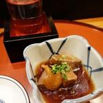 げんき鮨 - 突出しは、鮪の角煮