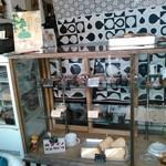 カメイノ食堂 - 冷蔵&常温ケースにはスイーツとパンがスタンバイ中