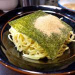 蒲田いっ家 - 海苔の上には鰹粉たっぷり。麺が細いので、スープがたっぷり、こってり絡みます