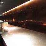 スポンテニアス - 内観:カウンター席
