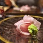 京天神 野口 - アンティークなお皿に盛られたお造り。