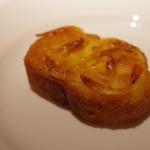 コート・ドール - アミューズ(桜エビとチーズのトースト)