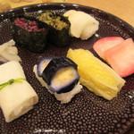 京漬物味わい処 西利 - 浅めに漬かったシャキシャキの漬物と、甘さ控えめの酢飯のサッパリした美味しさ♪