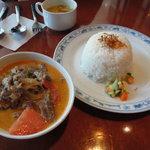 ジュンバタン・メラ - 牛肉のココナッツクリーム煮(950円)