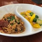 胡同文華 - ソーセージと卵の醤油炒めと、海老と芽キャベツ塩炒め