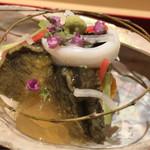 61996710 - 上に環柳を乗せて。少量の液体で蒸し煮にしたという蝦夷鮑の香りと食感はゼラチン質は無いもののいい感じ。紫うにも渋みなく綺麗な味で美味。
