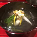61996711 - 蟹の真薯繋ぎはごく少量で、上に餅、松葉柚子                       金箔、鰹と2種の昆布で引いた一番出汁