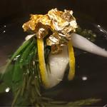61996712 - 昆布出汁の引き方も変えてます。少し昆布の香りが今回は主張。もう少し抑えても好み。銀座に出てきてから一番塩気を抑えた吸い地。真薯に軽く塩気があるのでとても良いバランス。鰹の香りはごく仄か。