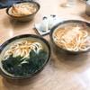 手打ちうどん こんぴらさん - 料理写真:わかめうどん、天ぷらうどん、おにぎり