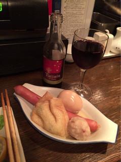 サムライキッチン - 【赤ワイン】(350円税込)とおでんお代わり。きんちゃく、たまご、フランクフルト、カニのつみれ。