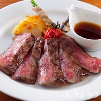 上質な脂の甘みと深いコクを味わえる『熟成黒毛和牛サーロイン炭火ステーキ』