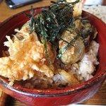 弥五郎 - セットの天丼、さすがに老舗のお蕎麦屋さんらしく揚げたてのアツアツの天ぷらに美味しいタレが浸みこんでます。