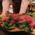 62097901 - 毎週金曜日は、このお店のスペシャルティ『乳飲み仔豚の丸焼き』を頂けます。