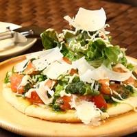 スモークサーモンサラダのピザ960円