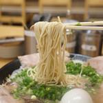 博多一幸舎 - 麺のリフトアップ