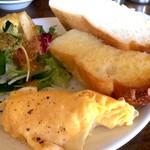 カフェ・ハル - 厚切り山食バタートースト、スクランブルエッグ、野菜サラダが付きます(2017.2.4)