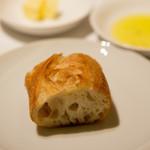 アルジャーノン - パンはバターかオリーブオイルかどちらか好きなものをつけて食べます。ふっかふかでもっちりしてて美味しかったですねえ。
