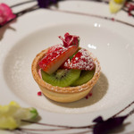 アルジャーノン - デザート 季節のフルーツのタルトレット 周りのお花も全部いただきました☆