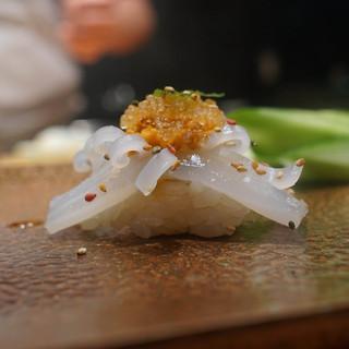 天寿し - 料理写真:ケンサキイカにトビコ、炒った胡麻をまぶして