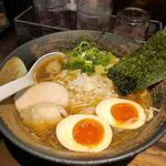 麺屋 武一  - 麺屋武一と言えば鶏白湯ラーメンが有名ですが、今回は煮干し味玉ラーメン780円を注文しました。